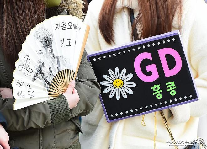 Ông hoàng Kpop G-Dragon cuối cùng đã xuất ngũ: Quá ngầu, cúi gập 90 độ trước 3.000 fan và phóng viên đông nghẹt thở - Ảnh 15.