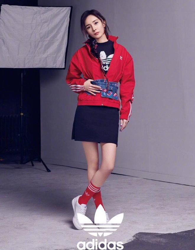 Dương Mịch có một chiêu pose hình tủ từ bé đến lớn: Bảo sao ảnh quảng cáo đến street style đều đẹp miễn chê - ảnh 6