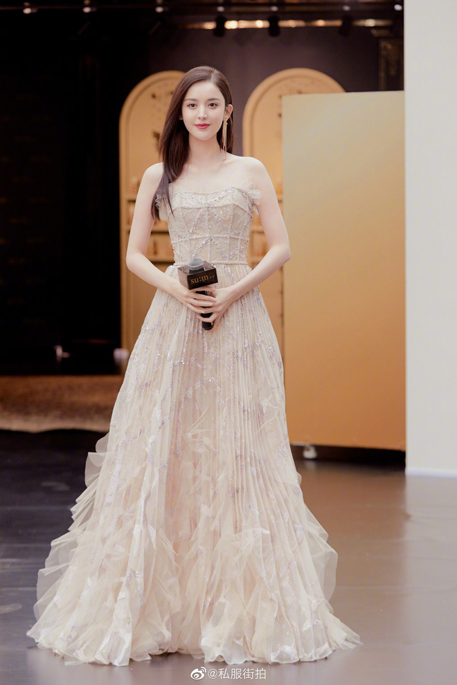 Lộng lẫy như tiên giáng trần ở sự kiện, Cổ Lực Na Trát gây sốt Weibo: Đúng là phụ nữ đẹp nhất khi chẳng thuộc về ai! - ảnh 2