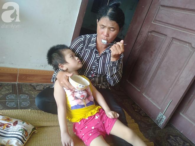 Bi kịch cha mẹ ly hôn vì sinh con tật nguyền, bé gái 5 tuổi bị bại não sống côi cút bên bà nội già yếu - ảnh 5