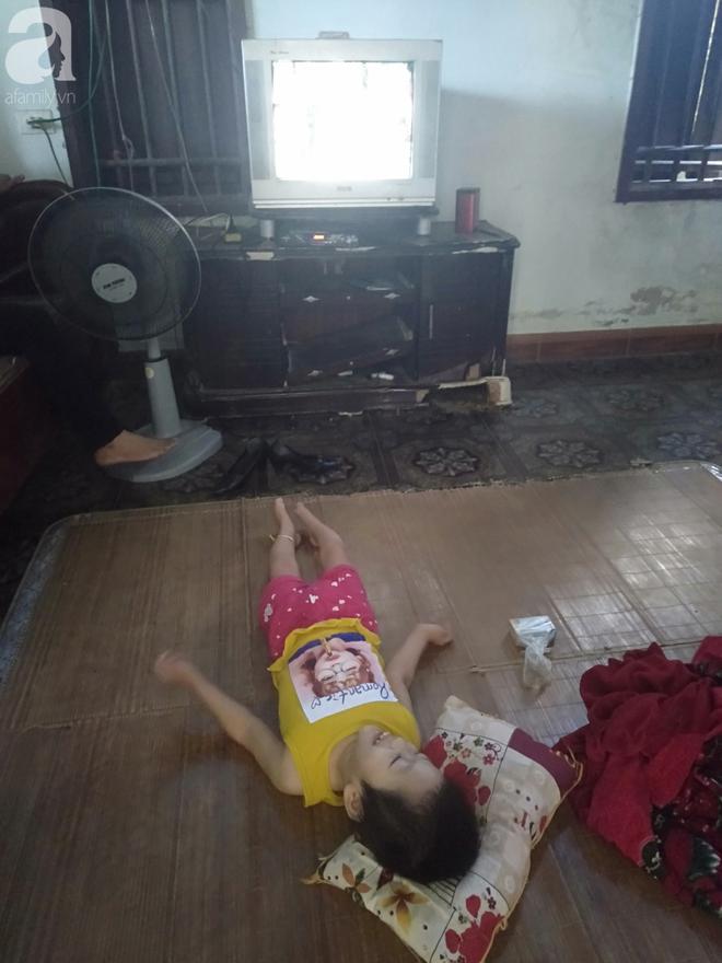 Bi kịch cha mẹ ly hôn vì sinh con tật nguyền, bé gái 5 tuổi bị bại não sống côi cút bên bà nội già yếu - ảnh 7