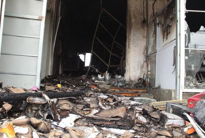 Nửa đêm lửa bất ngờ bùng cháy, khiến 3 ki-ốt bị thiêu rụi - ảnh 1