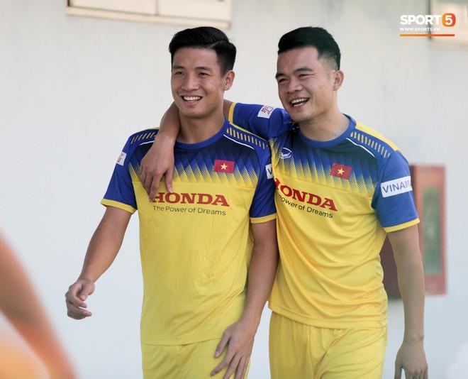 Văn Thanh bị đàn anh xỏ háng khi đá bóng ma, tuyển Việt Nam chỉ có 13 cầu thủ tập luyện chiều 29/10 - ảnh 1