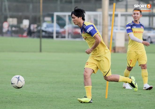Văn Thanh bị đàn anh xỏ háng khi đá bóng ma, tuyển Việt Nam chỉ có 13 cầu thủ tập luyện chiều 29/10 - ảnh 11