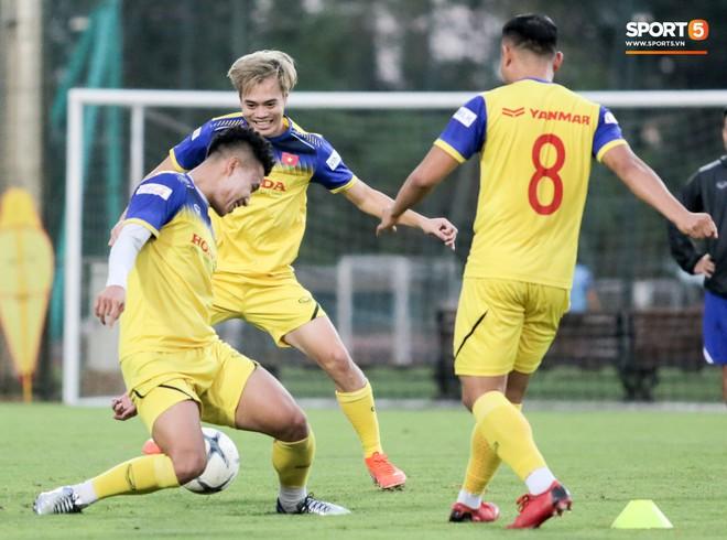 Văn Thanh bị đàn anh xỏ háng khi đá bóng ma, tuyển Việt Nam chỉ có 13 cầu thủ tập luyện chiều 29/10 - ảnh 7