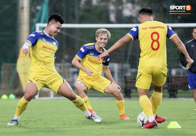Văn Thanh bị đàn anh xỏ háng khi đá bóng ma, tuyển Việt Nam chỉ có 13 cầu thủ tập luyện chiều 29/10 - ảnh 6