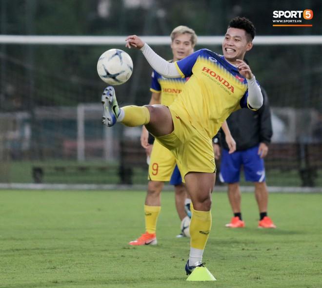 Văn Thanh bị đàn anh xỏ háng khi đá bóng ma, tuyển Việt Nam chỉ có 13 cầu thủ tập luyện chiều 29/10 - ảnh 10