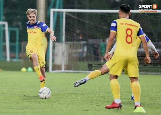 Văn Thanh bị đàn anh xỏ háng khi đá bóng ma, tuyển Việt Nam chỉ có 13 cầu thủ tập luyện chiều 29/10 - ảnh 9