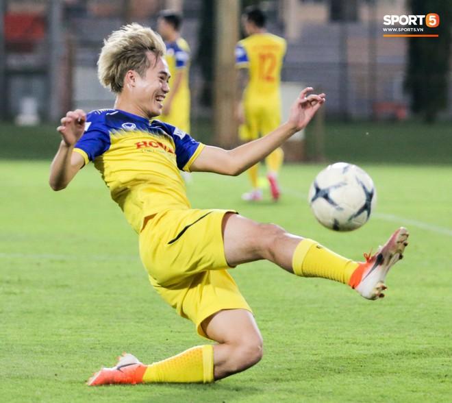 Văn Thanh bị đàn anh xỏ háng khi đá bóng ma, tuyển Việt Nam chỉ có 13 cầu thủ tập luyện chiều 29/10 - ảnh 4