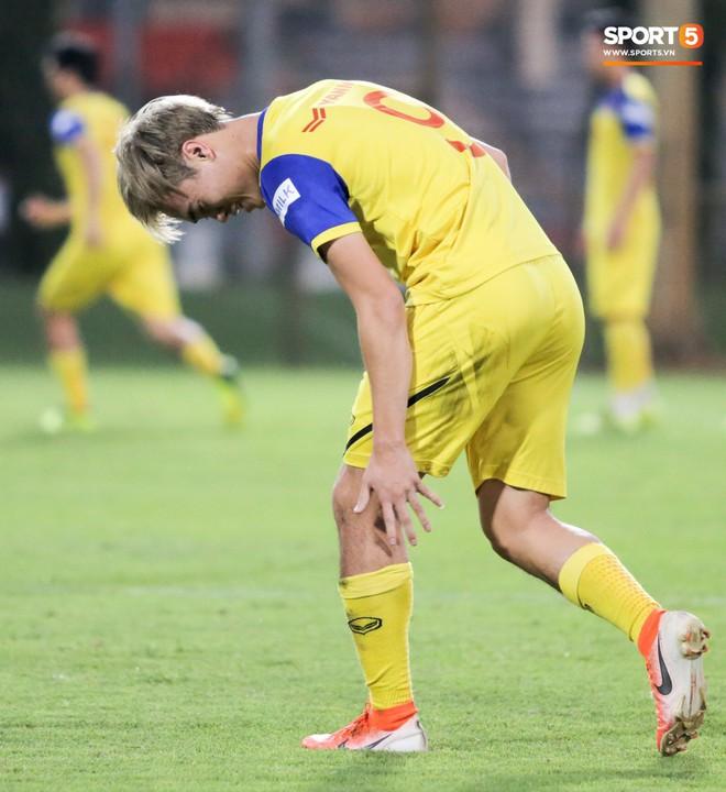 Văn Thanh bị đàn anh xỏ háng khi đá bóng ma, tuyển Việt Nam chỉ có 13 cầu thủ tập luyện chiều 29/10 - ảnh 5