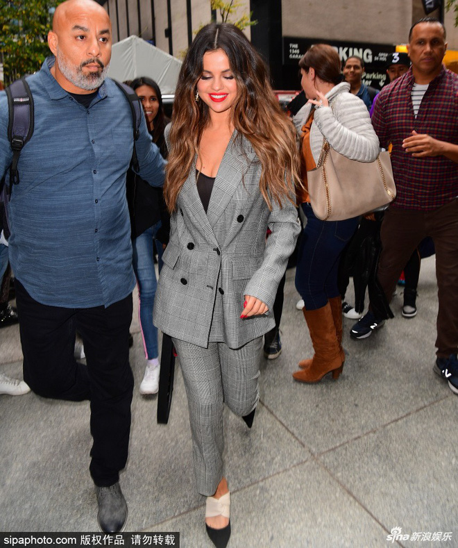 Quý cô độc thân đắt giá Selena Gomez gây náo loạn New York với 4 hình ảnh quyến rũ ngút ngàn chỉ trong 1 ngày - Ảnh 1.