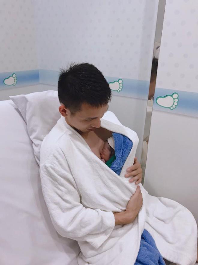 HLV Park mua quà, đặc biệt chúc mừng các ông bố trẻ của đội tuyển Việt Nam - ảnh 2