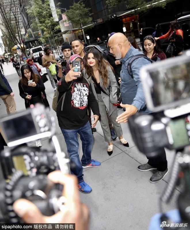 Quý cô độc thân đắt giá Selena Gomez gây náo loạn New York với 4 hình ảnh quyến rũ ngút ngàn chỉ trong 1 ngày - Ảnh 6.
