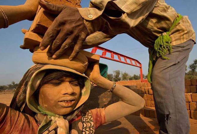 Người nghèo kiếm đâu tiền tỉ để trả cho việc trốn ra nước ngoài lao động trái phép? Đó là khi câu chuyện nô lệ thời hiện đại bắt đầu - ảnh 3