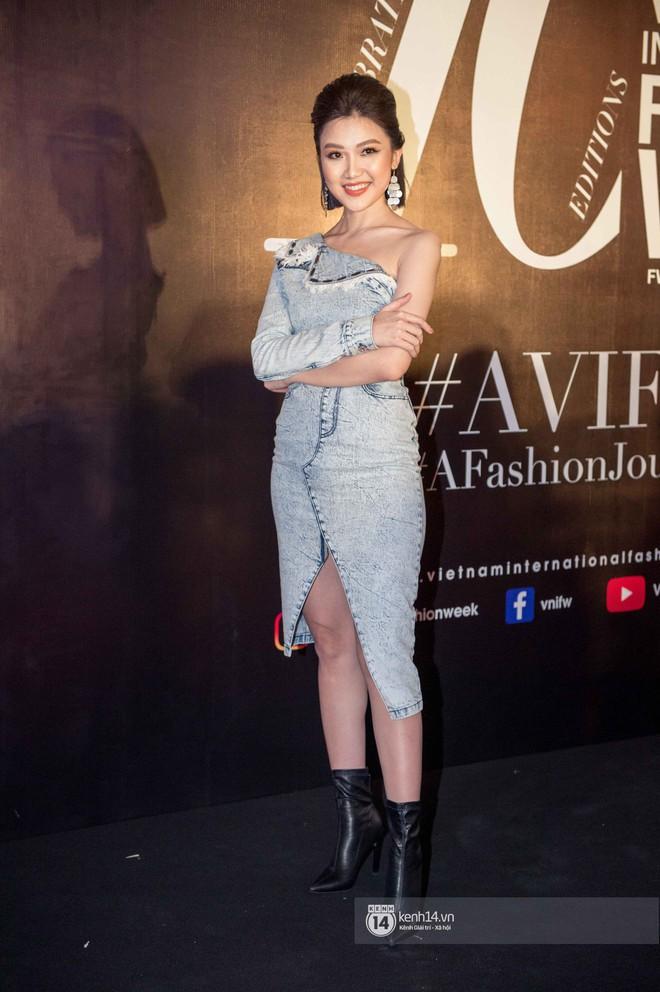 Nhìn trang phục dự sự kiện thời trang của Lương Thanh - Ngọc Quỳnh, ai không biết lại tưởng bị lạc vào thảm đỏ những năm ơ kìa - ảnh 1