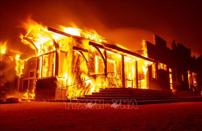 Cháy rừng lan rộng tại Los Angeles, hàng nghìn người phải sơ tán giữa đêm - ảnh 1