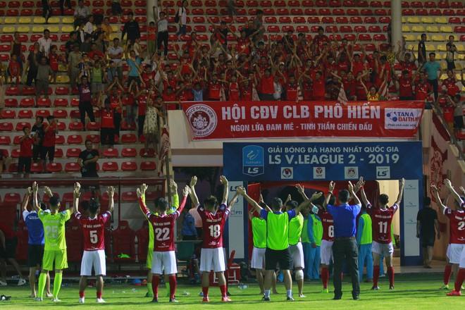 HLV Phố Hiến khích lệ tinh thần các học trò trước trận đấu lịch sử - ảnh 1