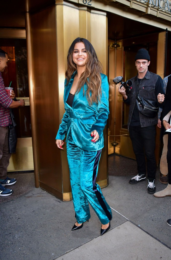 Nhìn cô ấy mà xem: Chỉ trong vài ngày Selena Gomez đã khiến fan phải ngất lên ngất xuống vì lên đồ xuất sắc, thần thái đỉnh cao - ảnh 8