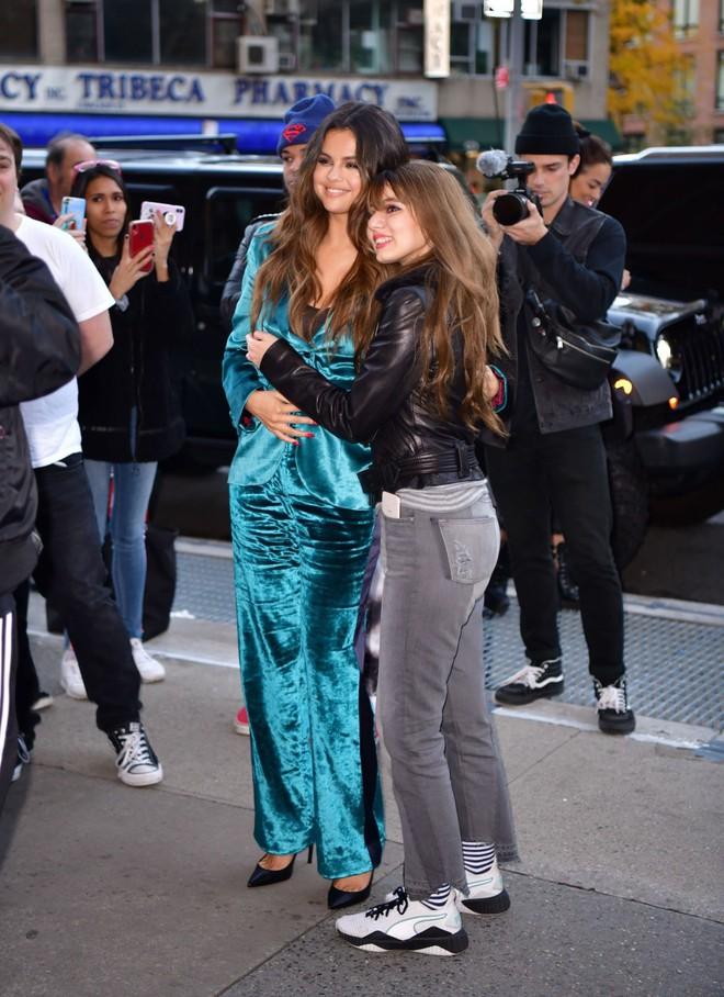 Nhìn cô ấy mà xem: Chỉ trong vài ngày Selena Gomez đã khiến fan phải ngất lên ngất xuống vì lên đồ xuất sắc, thần thái đỉnh cao - ảnh 6