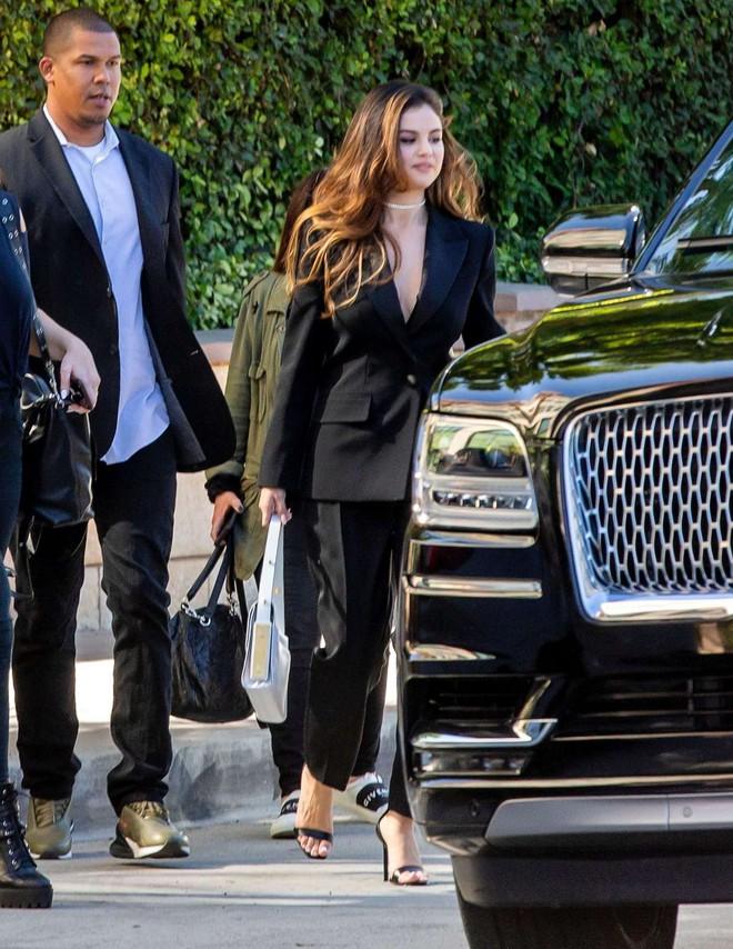 Nhìn cô ấy mà xem: Chỉ trong vài ngày Selena Gomez đã khiến fan phải ngất lên ngất xuống vì lên đồ xuất sắc, thần thái đỉnh cao - ảnh 20