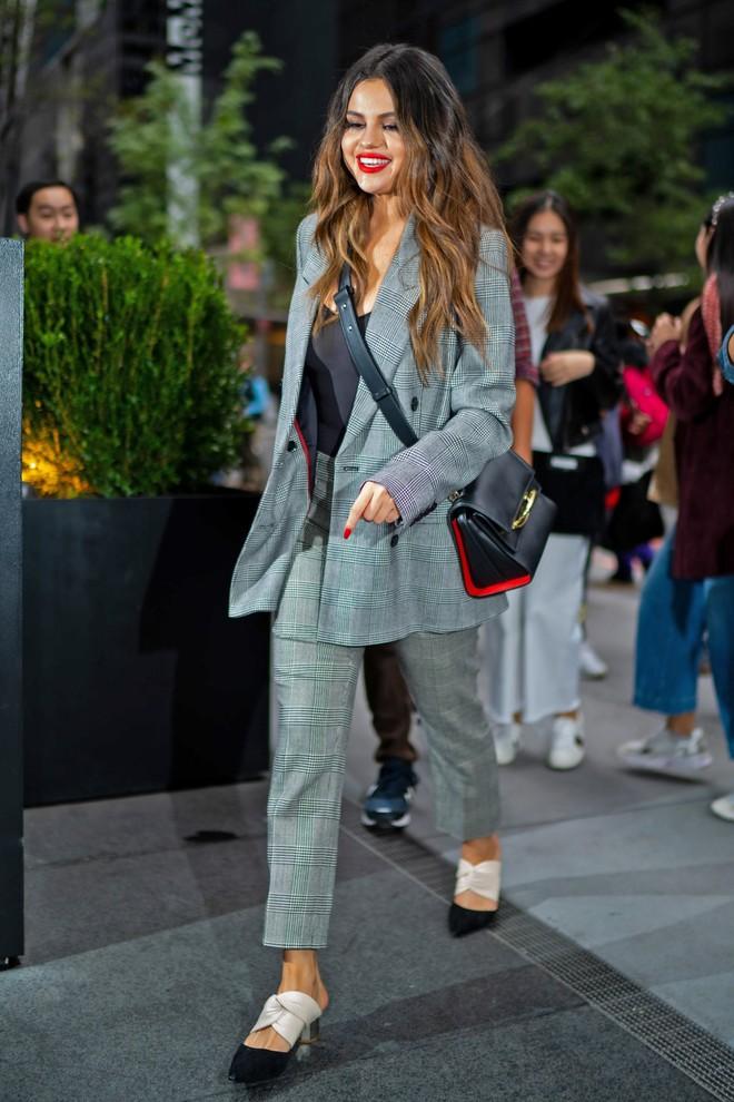 Nhìn cô ấy mà xem: Chỉ trong vài ngày Selena Gomez đã khiến fan phải ngất lên ngất xuống vì lên đồ xuất sắc, thần thái đỉnh cao - ảnh 1
