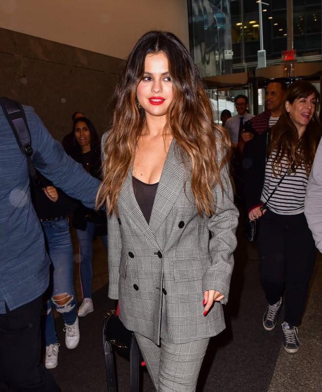 Nhìn cô ấy mà xem: Chỉ trong vài ngày Selena Gomez đã khiến fan phải ngất lên ngất xuống vì lên đồ xuất sắc, thần thái đỉnh cao - ảnh 2