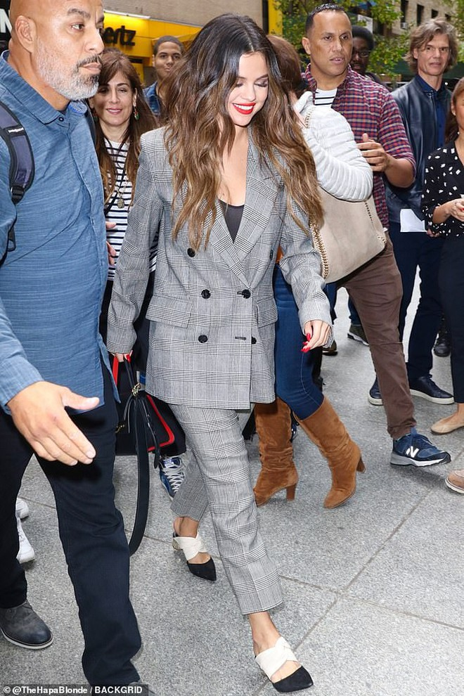 Nhìn cô ấy mà xem: Chỉ trong vài ngày Selena Gomez đã khiến fan phải ngất lên ngất xuống vì lên đồ xuất sắc, thần thái đỉnh cao - ảnh 3