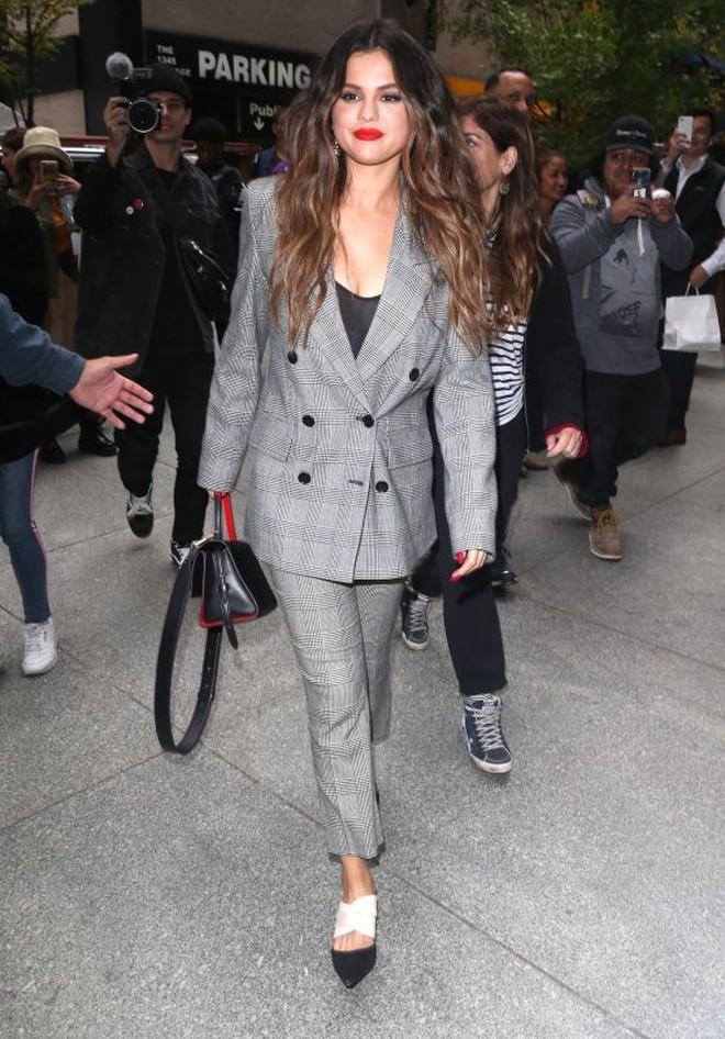 Nhìn cô ấy mà xem: Chỉ trong vài ngày Selena Gomez đã khiến fan phải ngất lên ngất xuống vì lên đồ xuất sắc, thần thái đỉnh cao - ảnh 4