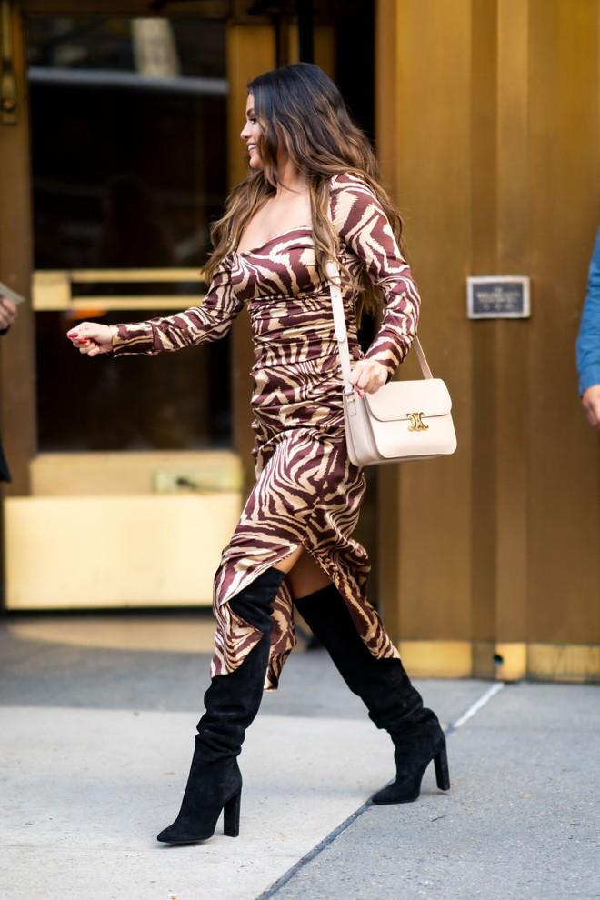 Nhìn cô ấy mà xem: Chỉ trong vài ngày Selena Gomez đã khiến fan phải ngất lên ngất xuống vì lên đồ xuất sắc, thần thái đỉnh cao - ảnh 13