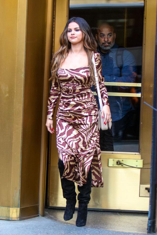 Nhìn cô ấy mà xem: Chỉ trong vài ngày Selena Gomez đã khiến fan phải ngất lên ngất xuống vì lên đồ xuất sắc, thần thái đỉnh cao - ảnh 12