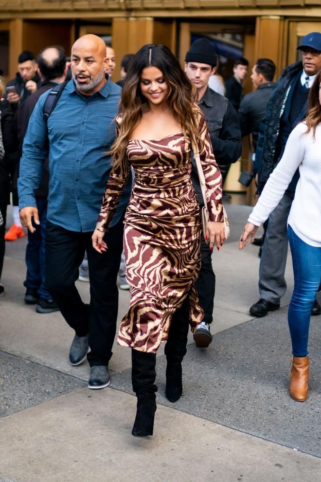 Nhìn cô ấy mà xem: Chỉ trong vài ngày Selena Gomez đã khiến fan phải ngất lên ngất xuống vì lên đồ xuất sắc, thần thái đỉnh cao - ảnh 11