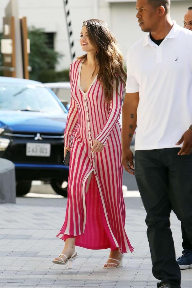 Nhìn cô ấy mà xem: Chỉ trong vài ngày Selena Gomez đã khiến fan phải ngất lên ngất xuống vì lên đồ xuất sắc, thần thái đỉnh cao - ảnh 18