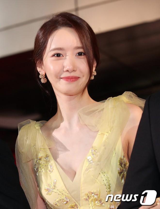 Xuất hiện chưa đến 2 phút đã gây nổ thảm đỏ, Yoona (SNSD) đẹp bức thở thế này bảo sao phóng viên còn phải choáng - ảnh 7