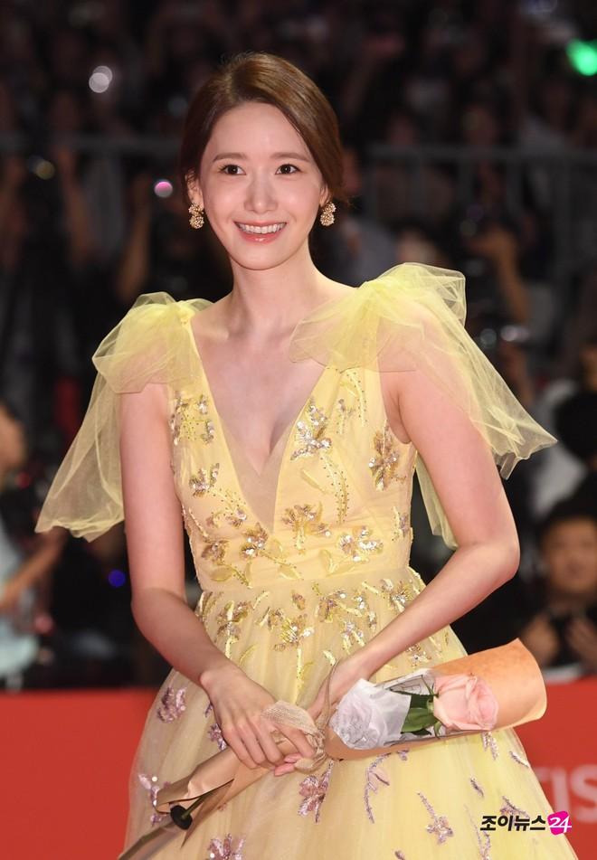 Xuất hiện chưa đến 2 phút đã gây nổ thảm đỏ, Yoona (SNSD) đẹp bức thở thế này bảo sao phóng viên còn phải choáng - ảnh 5