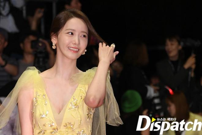 Xuất hiện chưa đến 2 phút đã gây nổ thảm đỏ, Yoona (SNSD) đẹp bức thở thế này bảo sao phóng viên còn phải choáng - ảnh 2
