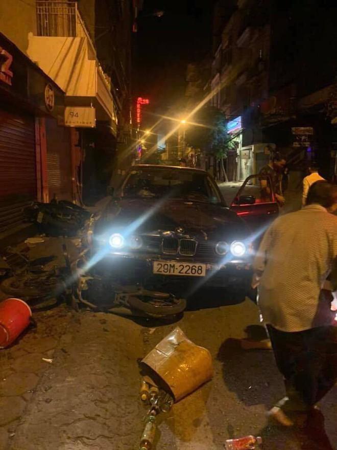 Hà Nội: Xe ô tô BMW mất lái đâm liên tiếp khiến 5 người đang mua xôi phải nhập viện - ảnh 1