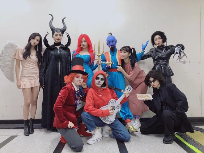 Idol Hàn bắt trend phim hot vào Halloween: TWICE khiến fan sốc nặng, độ chịu chơi nhà SM không ai đọ lại - Ảnh 4.