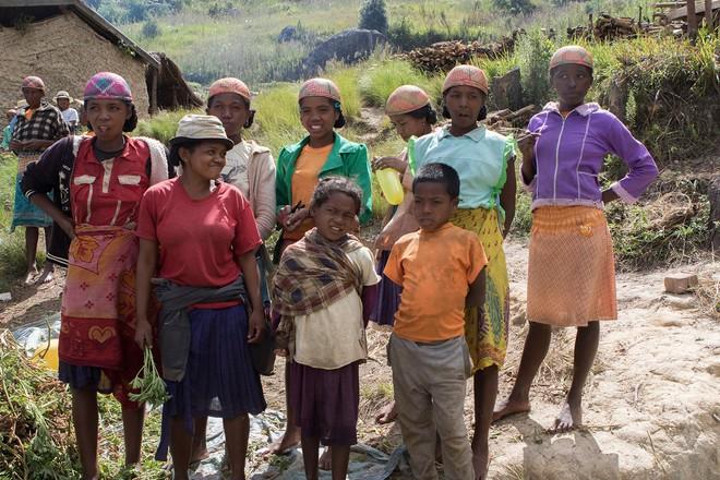 Halloween phiên bản Madagascar: Lễ hội ma kỳ dị bậc nhất thế giới, mang cả... xác chết ra ngoài trời cùng nhau nhảy múa - ảnh 4
