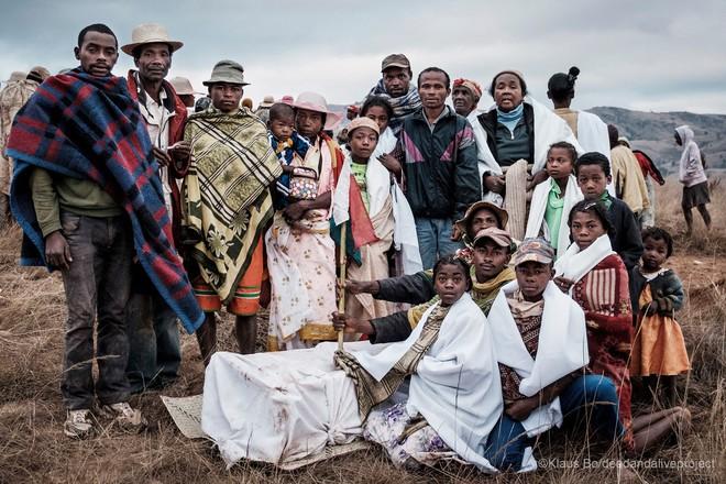 Halloween phiên bản Madagascar: Lễ hội ma kỳ dị bậc nhất thế giới, mang cả... xác chết ra ngoài trời cùng nhau nhảy múa - ảnh 2