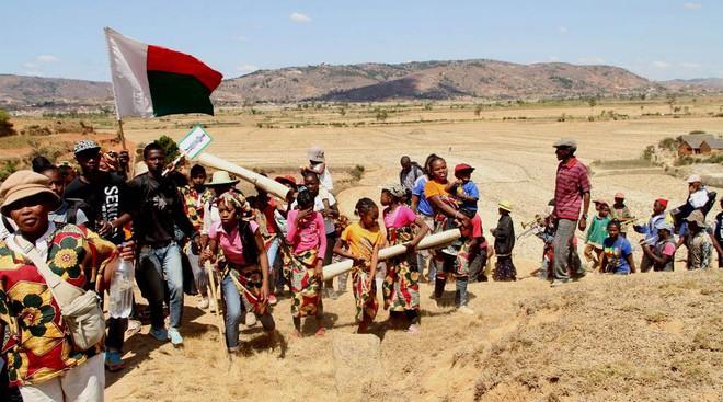 Halloween phiên bản Madagascar: Lễ hội ma kỳ dị bậc nhất thế giới, mang cả... xác chết ra ngoài trời cùng nhau nhảy múa - ảnh 8