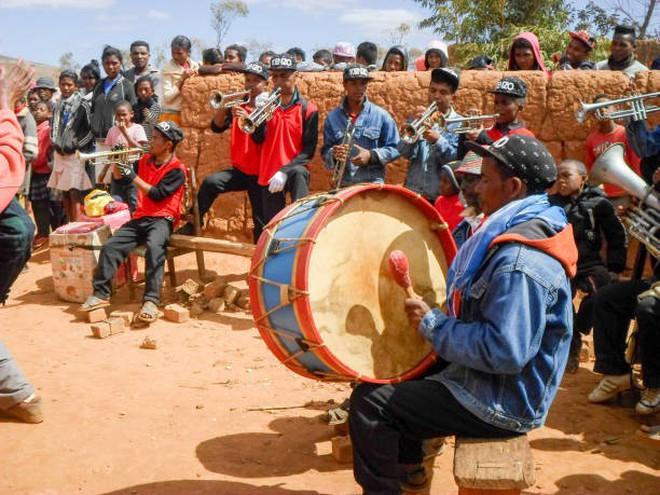 Halloween phiên bản Madagascar: Lễ hội ma kỳ dị bậc nhất thế giới, mang cả... xác chết ra ngoài trời cùng nhau nhảy múa - ảnh 7