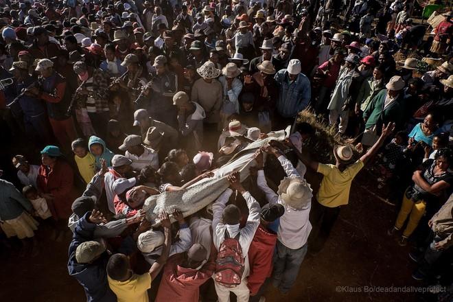 Halloween phiên bản Madagascar: Lễ hội ma kỳ dị bậc nhất thế giới, mang cả... xác chết ra ngoài trời cùng nhau nhảy múa - ảnh 13