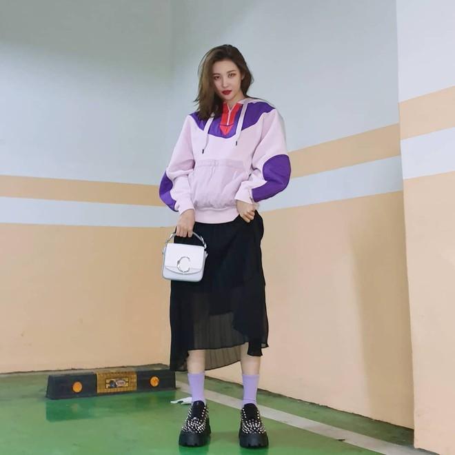"""6 items đang được idol Hàn lăng xê nhiều nhất, bạn chưa update đừng hỏi sao phong cách cứ """"dậm chân tại chỗ"""" - ảnh 19"""