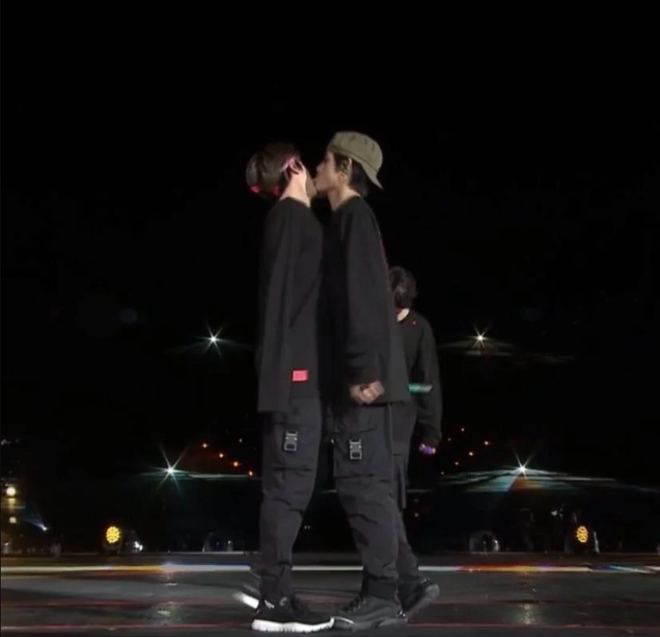 Hình ảnh V liếm má Jin đầy ám muội trong concert của BTS đang gây bão khiến fan hoảng hốt, nhưng sự thật là gì? - Ảnh 1.