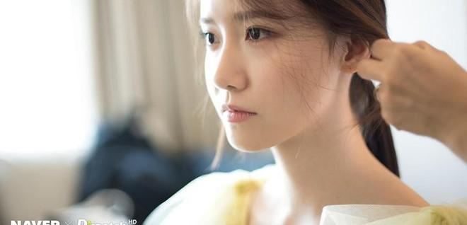 Hậu trường màn khoe sắc như tiên tử của Yoona (SNSD) tại LHP Busan: Xẻ ngực sâu nóng mắt, choáng khi zoom cận mặt - Ảnh 1.