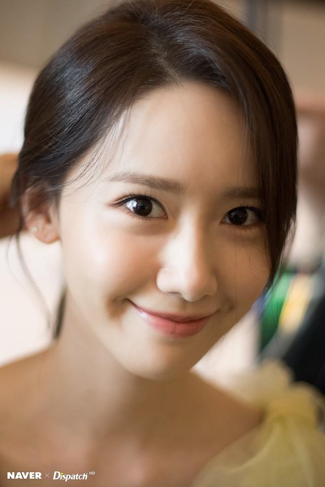 Hậu trường màn khoe sắc như tiên tử của Yoona (SNSD) tại LHP Busan: Xẻ ngực sâu nóng mắt, choáng khi zoom cận mặt - Ảnh 4.