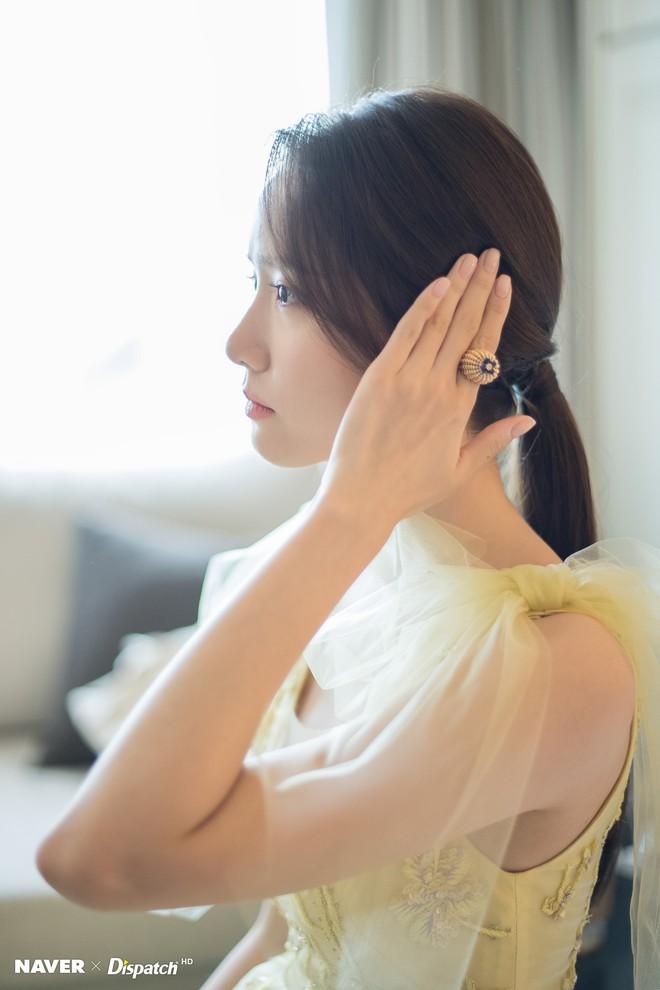 Hậu trường màn khoe sắc như tiên tử của Yoona (SNSD) tại LHP Busan: Xẻ ngực sâu nóng mắt, choáng khi zoom cận mặt - Ảnh 5.