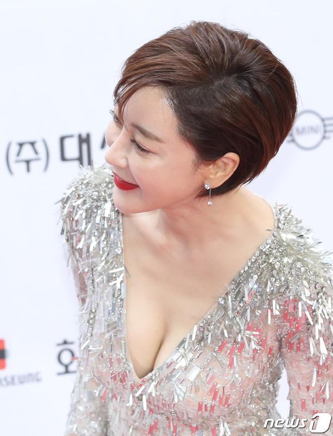 Thảm đỏ LHP Busan ngày 2: Yoona hóa nữ hoàng quyến rũ, đè bẹp dàn mỹ nhân U50 hở bạo khoe vòng 1 nhức mắt - ảnh 12