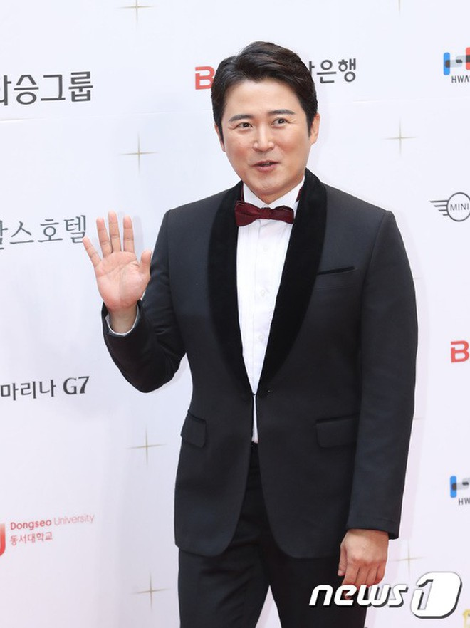 Thảm đỏ LHP Busan ngày 2: Yoona hóa nữ hoàng quyến rũ, đè bẹp dàn mỹ nhân U50 hở bạo khoe vòng 1 nhức mắt - ảnh 25