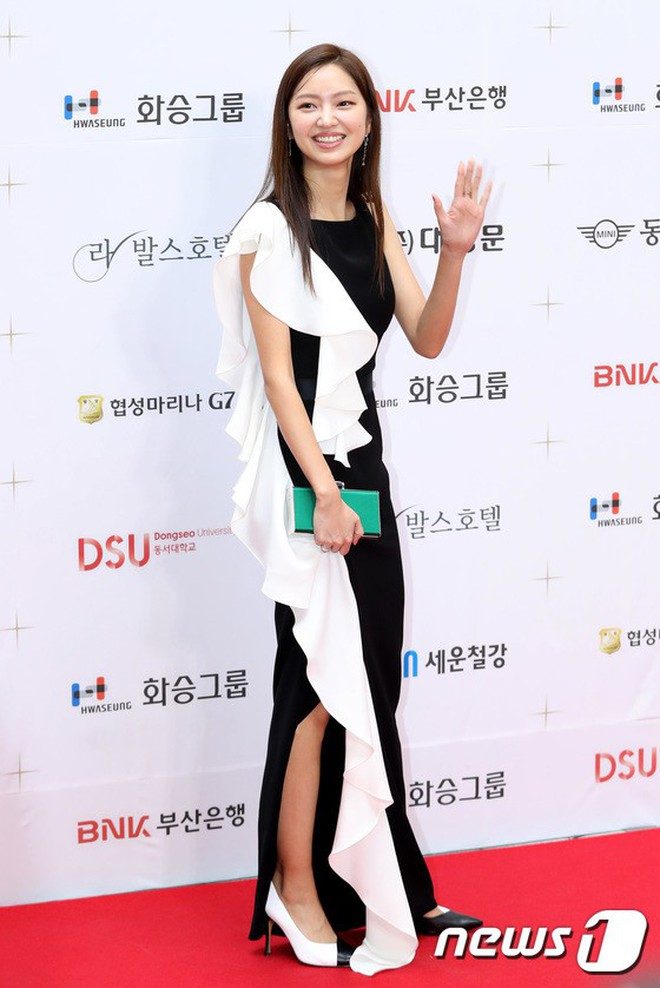 Thảm đỏ LHP Busan ngày 2: Yoona hóa nữ hoàng quyến rũ, đè bẹp dàn mỹ nhân U50 hở bạo khoe vòng 1 nhức mắt - ảnh 27